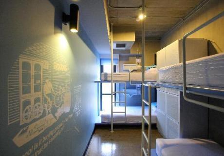 Ruime dorms met schone gedeelde badkamers in Hostel Lub D Siam Square Bangkok