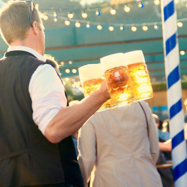 Zo vier je het Oktoberfest! Dirndls, pretzels en heel veel bier