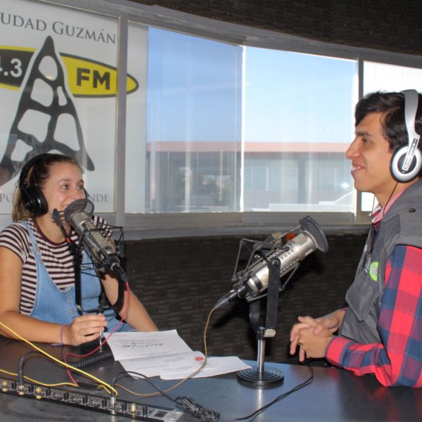 Cintie deed vrijwilligerswerk in Mexico en werkte als reporter bij een lokaal radiostation