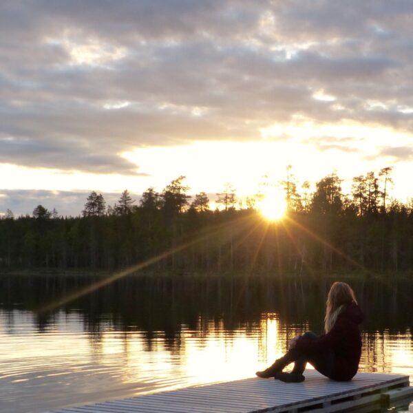 Vakantie onder de middernachtzon tijdens een roadtrip in Noord-Finland
